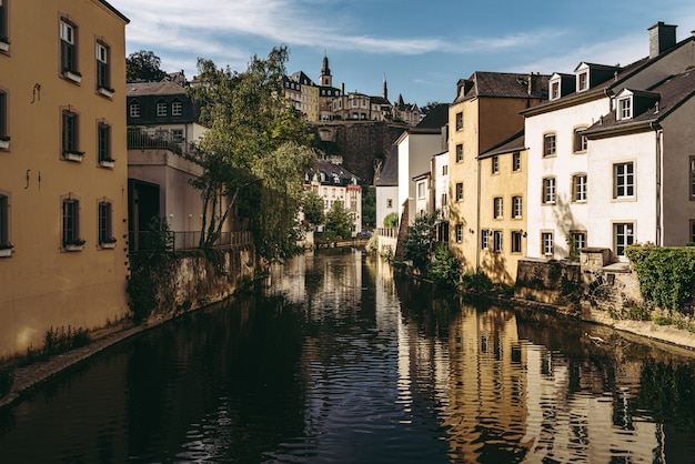 Rio alzette, atravessando a histórica cidade velha de luxemburgo, chamada grund