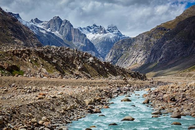 Rio chandra no vale de lahaul, no himalaia