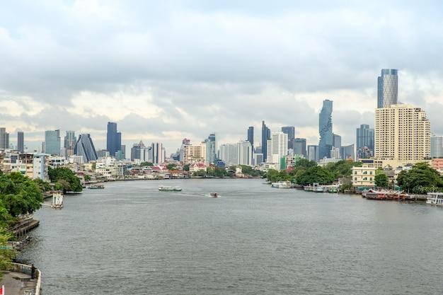 Rio chao phraya e vista lateral do rio
