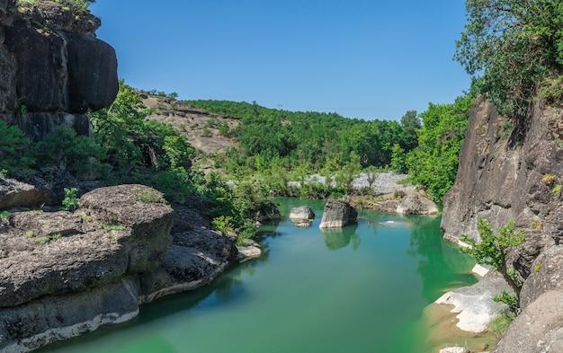 Rio com água verde na grécia