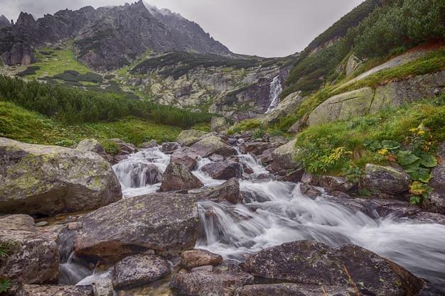 Rio da montanha fluindo através das pedras.