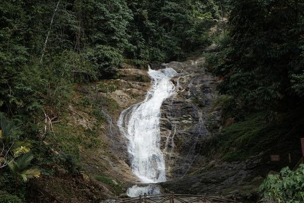 Rio da montanha fluindo sobre as pedras. beleza da vida selvagem na malásia.