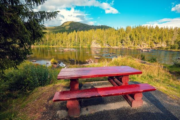 Rio da montanha. mesa e bancos de madeira perto do rio. o lugar para relaxar na beira do rio. bela natureza da noruega