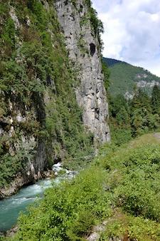 Rio da montanha na abkhazia