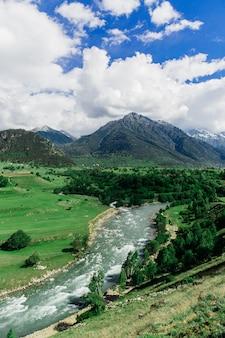 Rio da montanha no fundo da montanha verde grande. bela paisagem da natureza selvagem