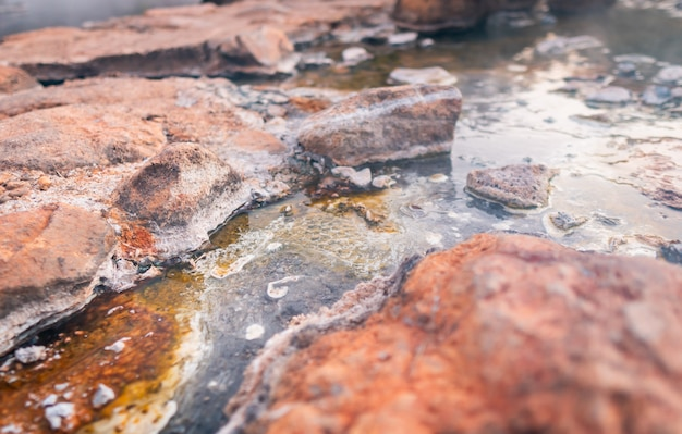 Rio de fonte termal com calcário de enxofre