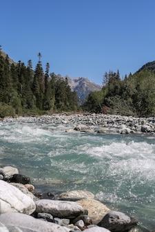 Rio de montanha e vista para a montanha,