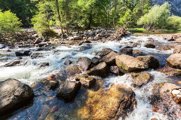Rio de montanha no parque nacional de yosemite