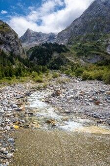 Rio de montanha no vale alpino de vanoise