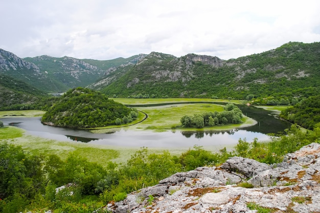 Rio de montanha rápida fluindo entre altas montanhas