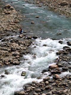 Rio de montanha, roupa