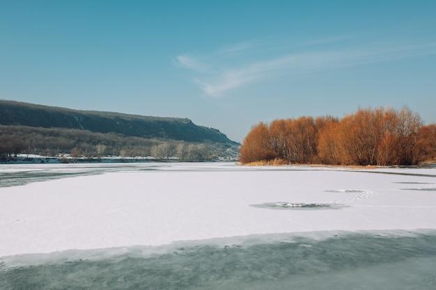 Rio de neve de inverno nas montanhas