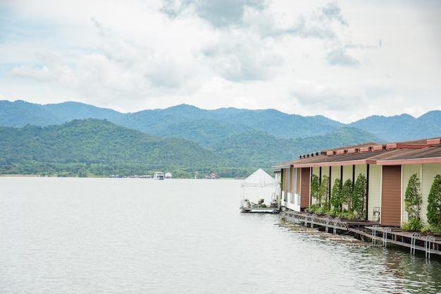 Rio de vista natural em casa e montanha
