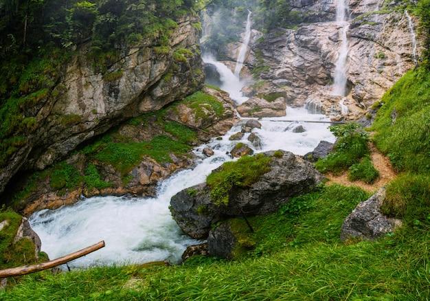 Rio e cachoeira de montanha
