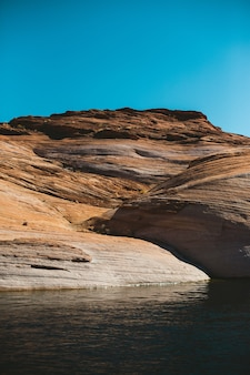 Rio e montanha do grand canyon
