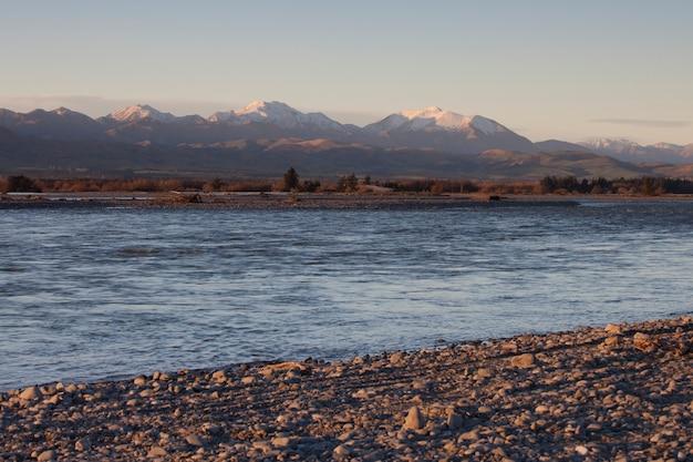 Rio e montanhas na primavera. rio waiau, nova zelândia