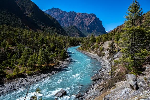 Rio em annapurna circuit trekking, nepal, foto da paisagem