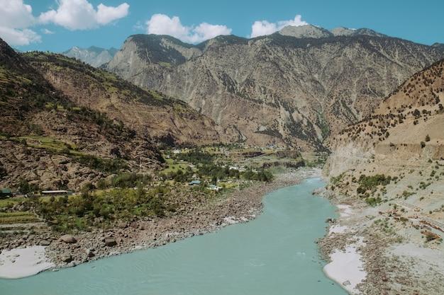 Rio indus que corre através das montanhas na área rural de paquistão. vista da rodovia de karakoram.