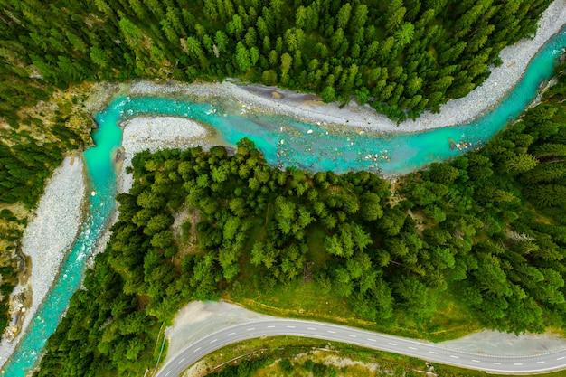 Rio inn que flui na floresta na suíça. vista aérea do zangão em um rio azul nas montanhas