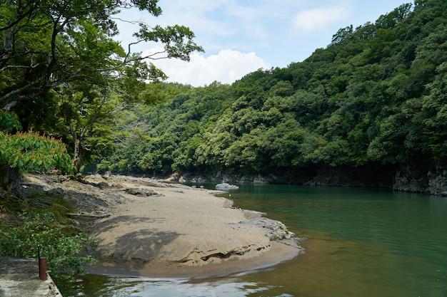 Rio katsura e costa com floresta