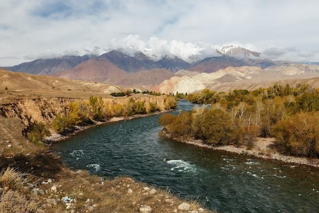 Rio kokemeren na região de naryn do quirguistão, paisagem de outono