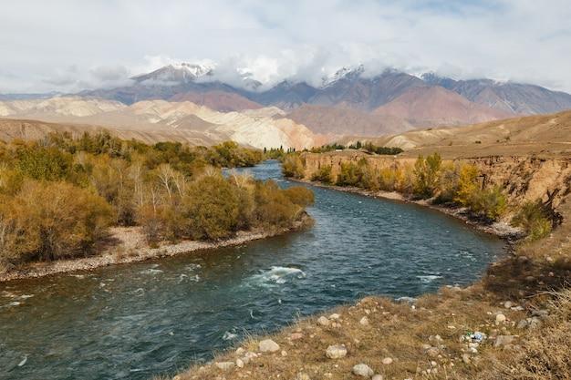 Rio kokemeren na região naryn do quirguistão