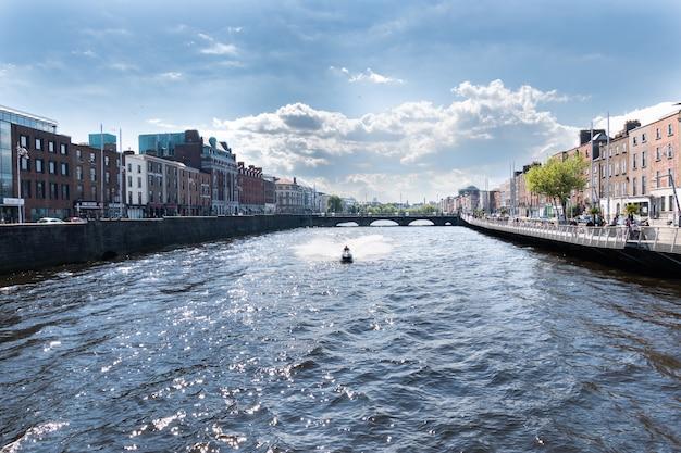 Rio liffey e edifícios coloridos em um dia de verão em dublin, irlanda