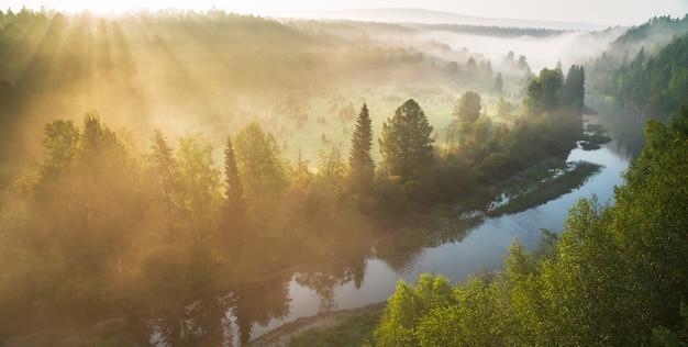 Rio místico, o sol rompe a névoa