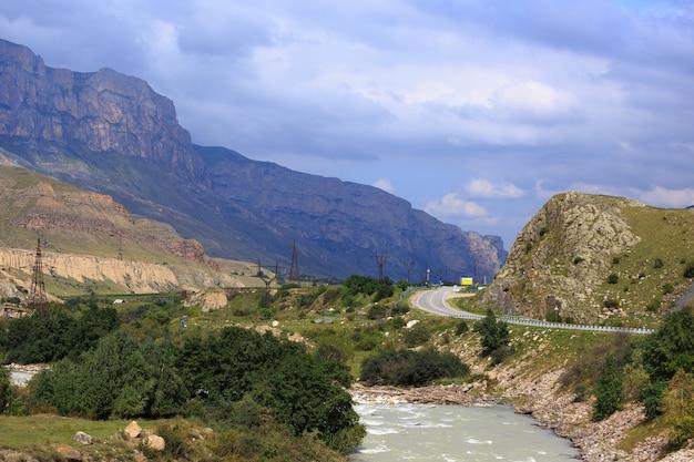 Rio montanhoso com fluxo rápido na cordilheira do cáucaso
