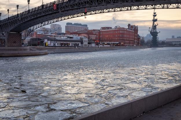 Rio moscou coberto de gelo pela manhã
