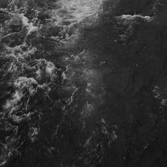 Rio na temporada de inverno no parque nacional de oulanka, finlândia.