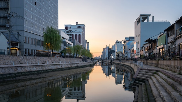 Rio naka com skyline da cidade de hakata em fukuoka, japão