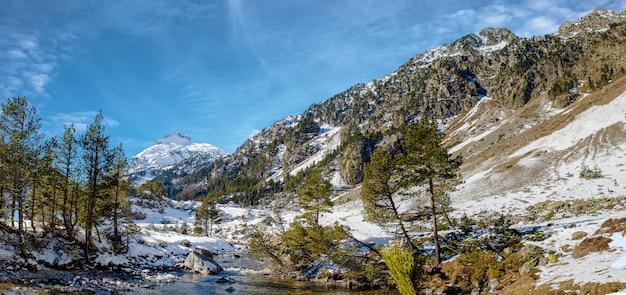 Rio nas montanhas nevadas dos pirinéus, perto de pont espagne