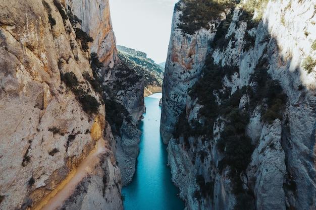 Rio passando entre algumas montanhas