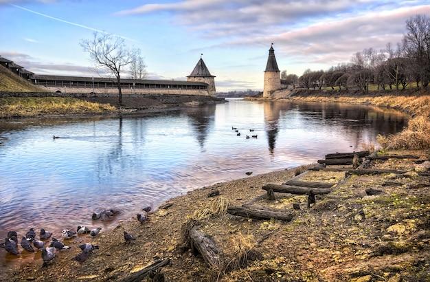 Rio pskova e as torres do pskov kremlin