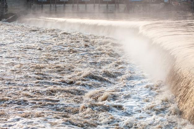 Rio rápido após o dilúvio.