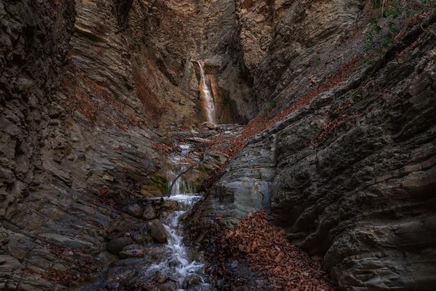 Rio rápido de montanha no desfiladeiro