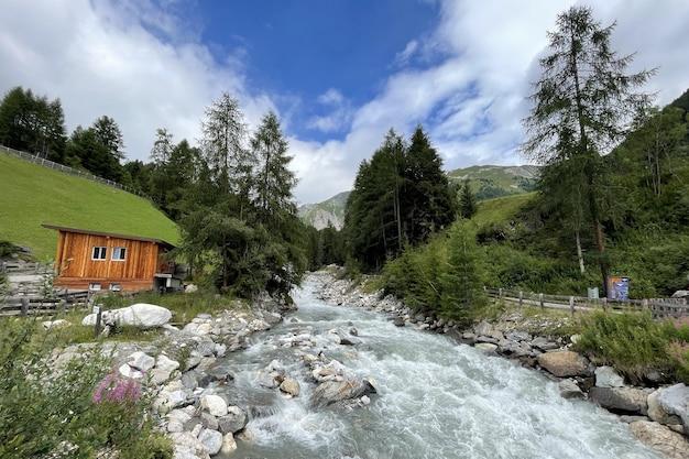 Rio selvagem na natureza alpina dos alpes austríacos