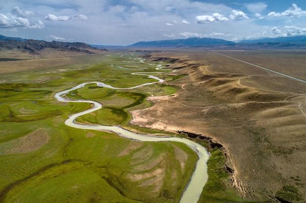 Rio sinuoso no vale, vista aérea