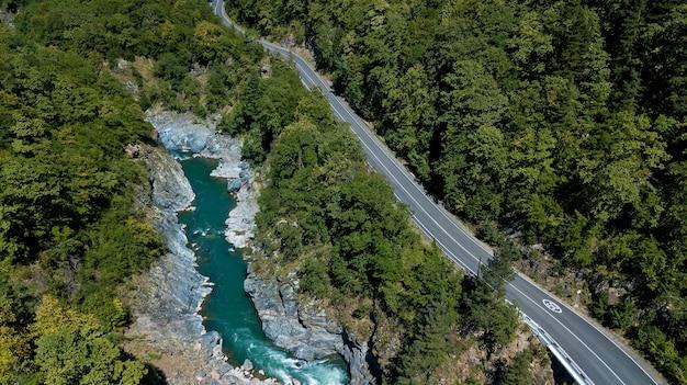 Rio tempestuoso belaya no desfiladeiro de khadzhokh. belas paisagens, desfiladeiros e desfiladeiros. rodovia nas montanhas, vista aérea do topo