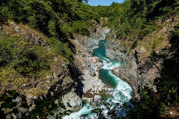 Rio tempestuoso belaya no desfiladeiro de khadzhokh. belas paisagens, desfiladeiros e desfiladeiros.