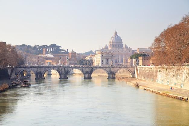 Rio tibre e a basílica di san pietro em roma, itália