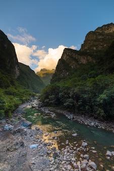 Rio urubamba e ferrovia para machu picchu