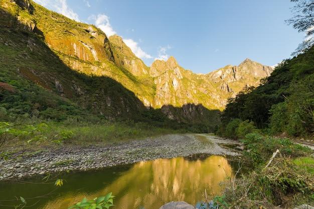 Rio urubamba e montanhas de machu picchu, peru
