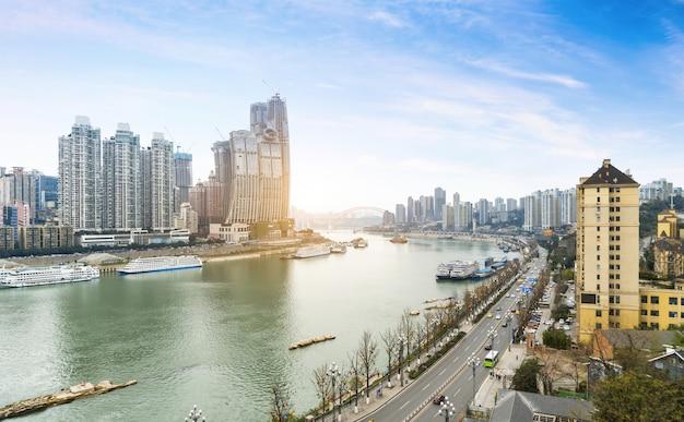 Rio yangtze riverside highway e arquitetura urbana moderna em chongqing, china
