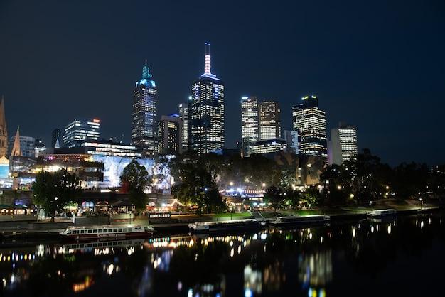 Rio yarra e edifícios da cidade à noite