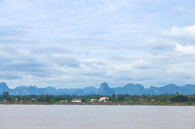 Rios, florestas, montanhas e céu