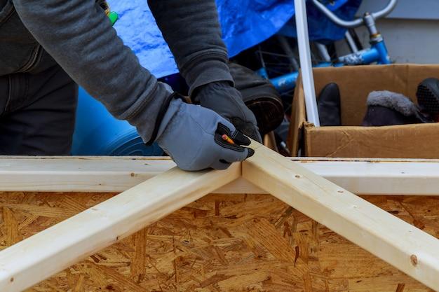 Ripas de madeira do edifício moderno close up de mãos de um carpinteiro