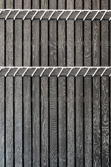 Ripas de madeira pretas com cordas brancas