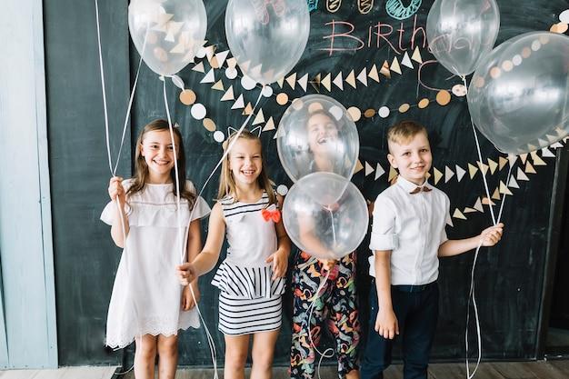 Rir crianças com balões brancos